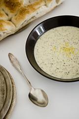 Gerstensuppe mit Joghurt und Minze